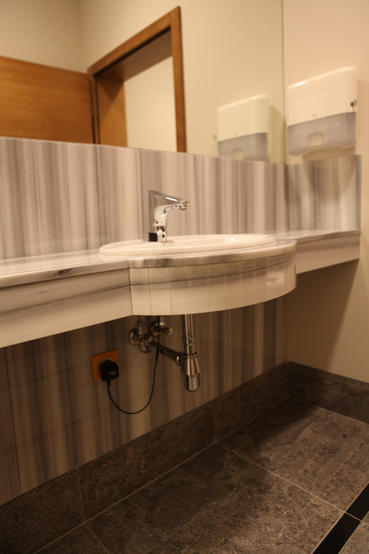 Łazienki : bazalt i marmur