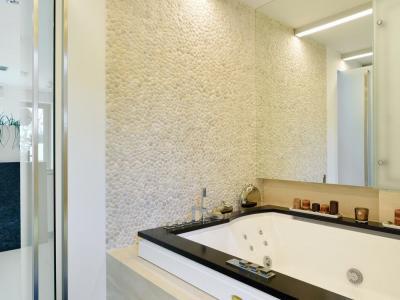 Łazienki z granitu + trawertyn