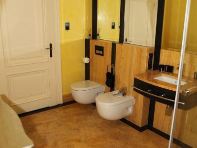 Łazienki trawertynowe + granitowe